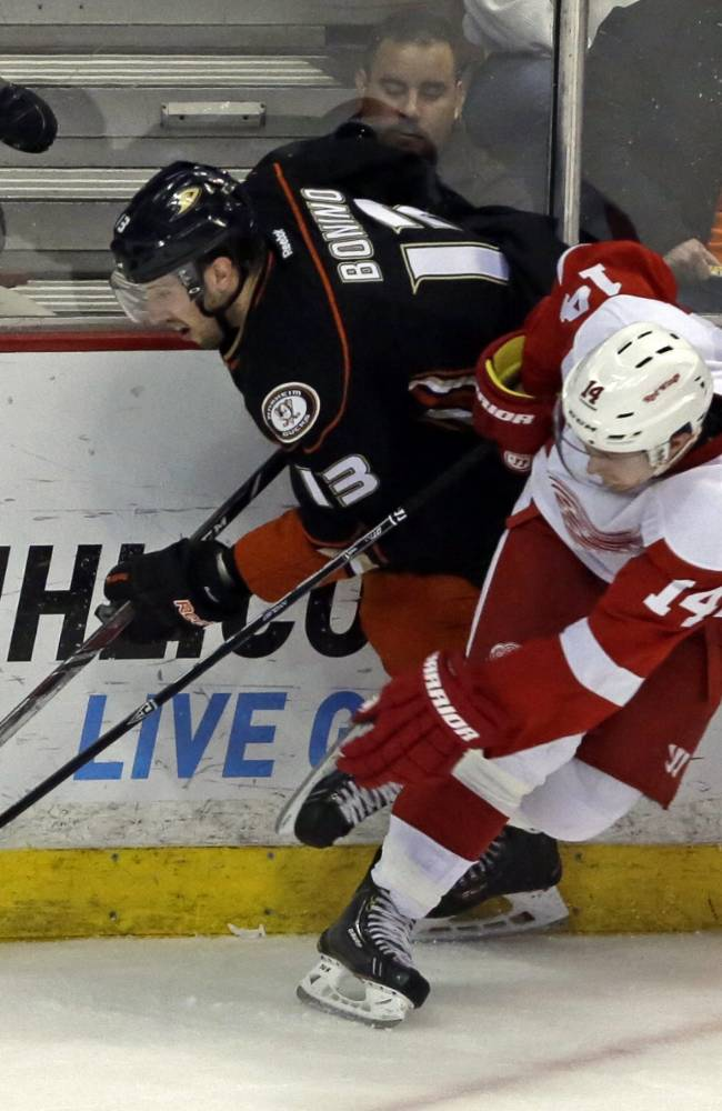 Ducks win 17th in 18 as Hiller shuts out Wings