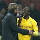 Dortmund's head coach Juergen Klopp speaks to his player Adrian Ramos after the Champions League group D soccer match between Arsenal and Borussia Dortmund at the Emirates stadium in London, Wednesday, Nov. 26, 2014