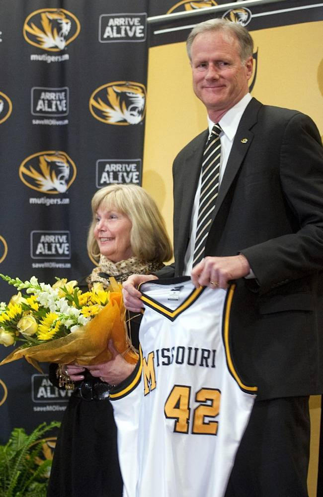 New Missouri men's basketball coach Kim Anderson and his wife Melissa are presented with a jersey and flowers as he is introduced at an NCAA college basketball news conference in the Reynolds Alumni Center on Tuesday, April 29, 2014, in Colubia, Mo