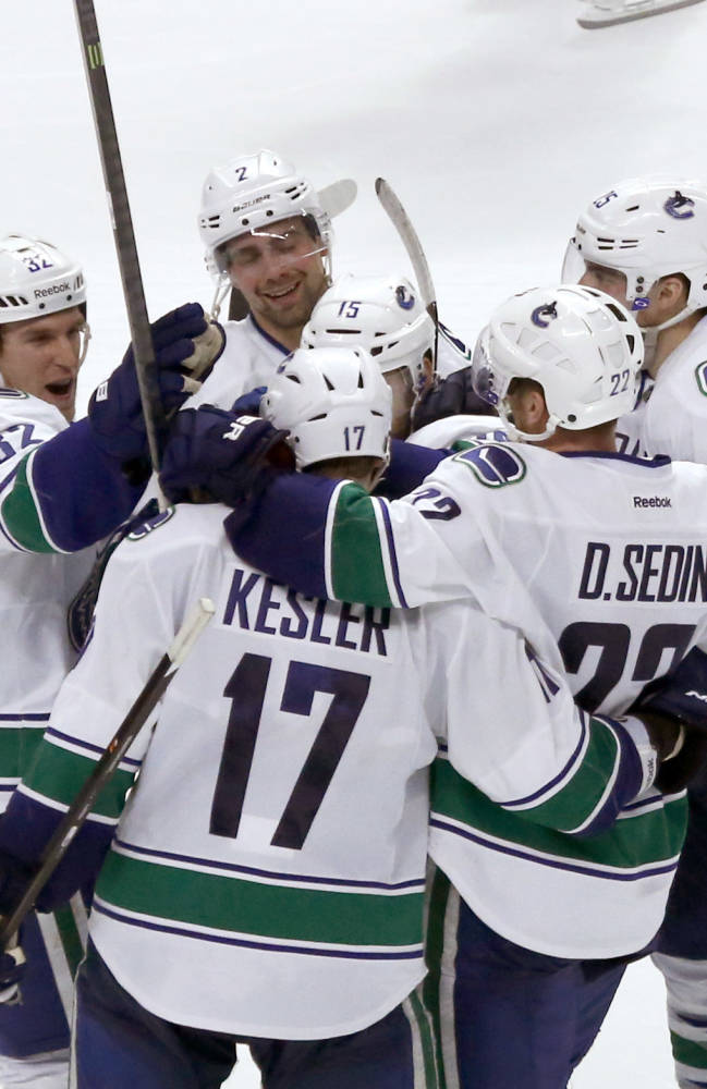 Kesler lifts Canucks past Blackhawks