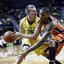 Oregon State forward Eric Moreland, right, defends Oregon forward E.J.Singler during the first half of an NCAA college basketball game in Eugene, Ore., Thursday, Feb. 28, 2013. (AP Photo/Don Ryan)