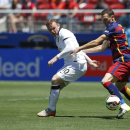IMAGE DISTRIBUTED FOR INTERNATIONAL CHAMPIONS CUP - Manchester United's Wayne Rooney, left, and FC Barcelona's Thomas Vermaelen struggle for the ball during an International Champions Cup soccer match at Levi's Stadium, Saturday, June 25, 2015