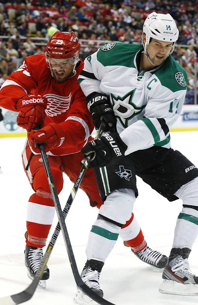 Detroit Red Wings defenseman Brian Lashoff, left, and Dallas Stars left wing Jamie Benn battle for the puck in the first period of an NHL hockey game in Detroit Thursday, Nov. 7, 2013