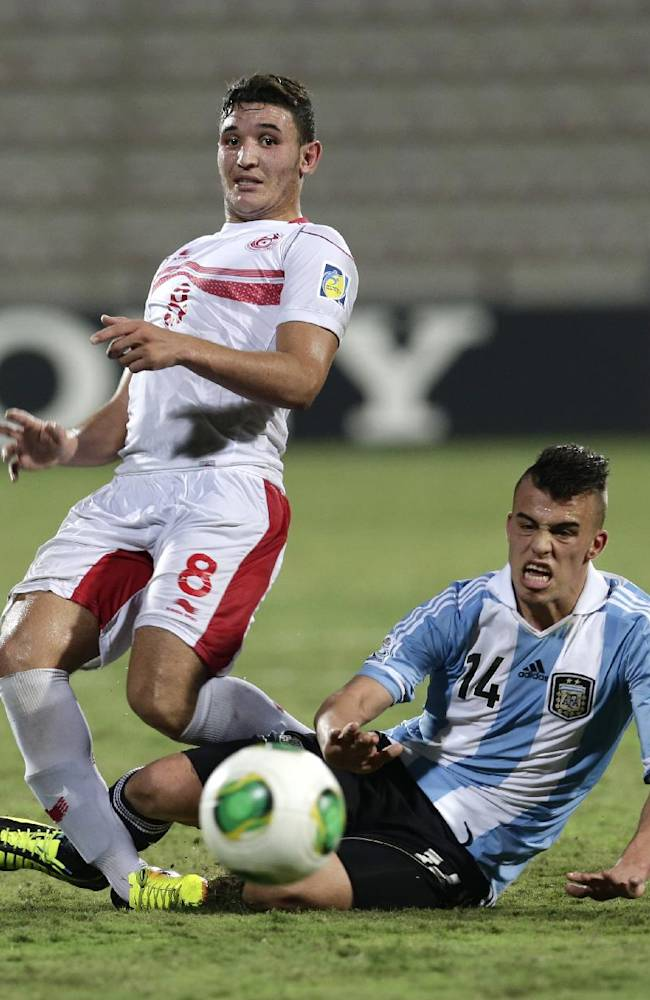 Argentina's Lucio Compagnucci, right, and Tunisia's Chiheb Jbeli fight for the ball during the World Cup U-17 round of 16 soccer match between Argentina and Tunisia at Rashid Stadium in Dubai, United Arab Emirates, Tuesday, Oct. 29, 2013