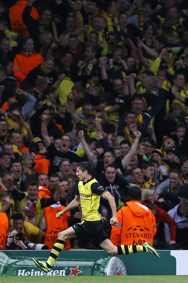 Dortmund's Robert Lewandowski celebrates after scoring a goal during the Champions League Group F soccer match between Arsenal and Borussia Dortmund at the Emirates Stadium in London Tuesday, Oct. 22, 2013