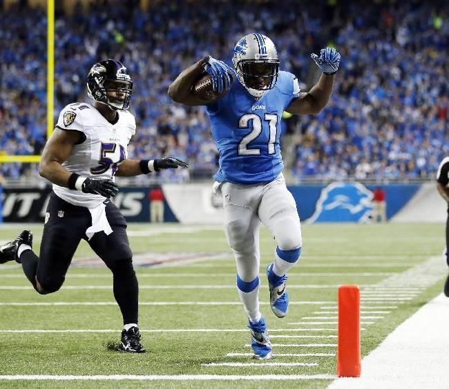 Detroit Lions running back Reggie Bush (21) scores ahead of Baltimore Ravens inside linebacker Daryl Smith (51) for a 14-yard touchdown during the first quarter of an NFL football game in Detroit, Monday, Dec. 16, 2013