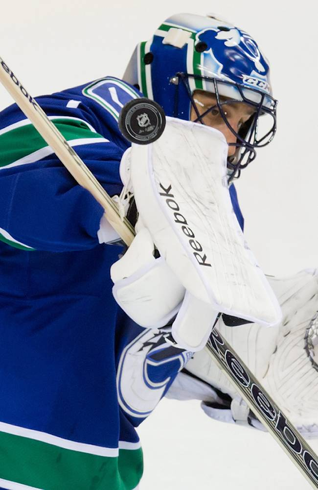 Santorelli scores 2 in Canucks' 3-1 win over Avs