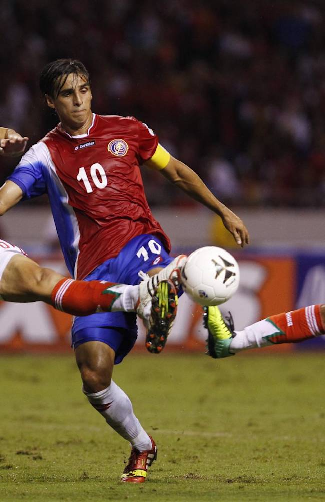 Mexico's Jorge Torres, left, and teammate Rafael Marquez, right, challenge for the ball Costa Rica's Bryan Ruiz during a 2014 World Cup qualifying soccer match in San Jose, Costa Rica, Tuesday, Oct. 15, 2013