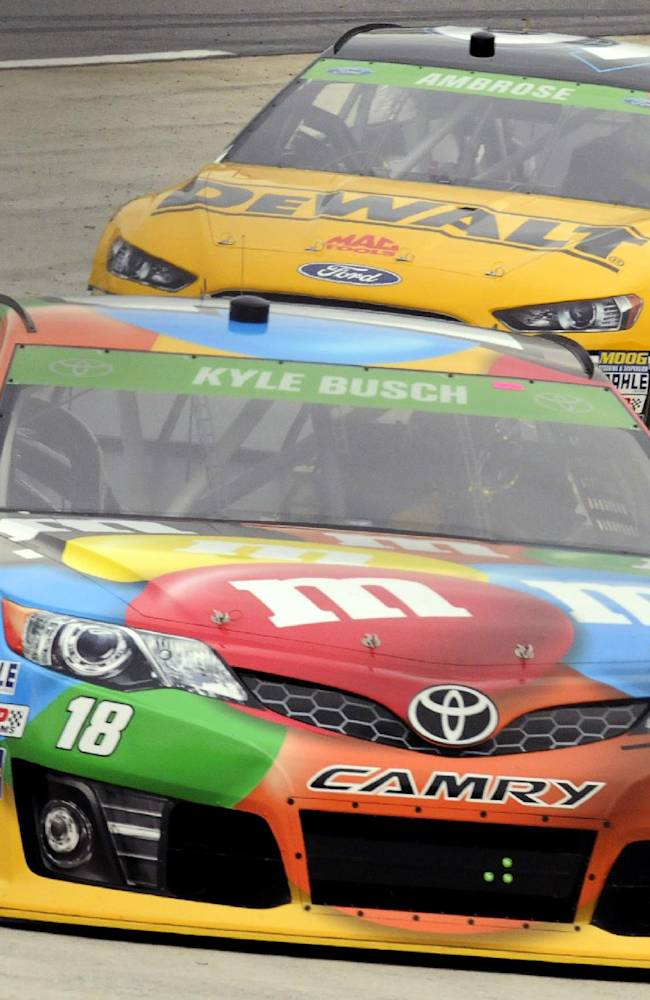 Kyle Busch wins pole at Martinsville Speedway