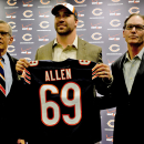 CORRECTS PERSON AT RIGHT TO HEAD COACH MARC TRESTMAN INSTEAD OF AGENT KEN HARRIS - Chicago Bears general manager Phil Emery, left, poses for a photo with new Bears NFL football player Jared Allen, center, and head coach Marc Trestman at a news conference