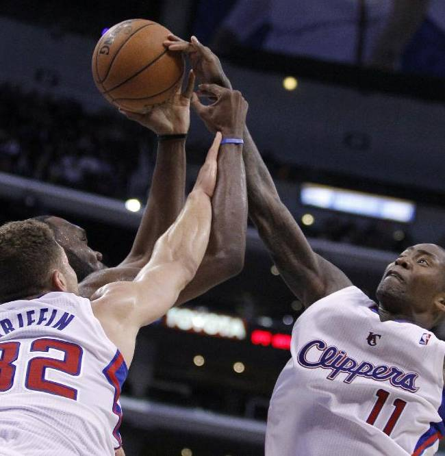 Los Angeles Clippers forward Blake Griffin (32) and guard Jamal Crawford (11) battle Charlotte Bobcats center Al Jefferson, center, for the loose ball during the second half of an NBA basketball game Wednesday, Jan. 1, 2014, in Los Angeles. The Clippers won 112-85