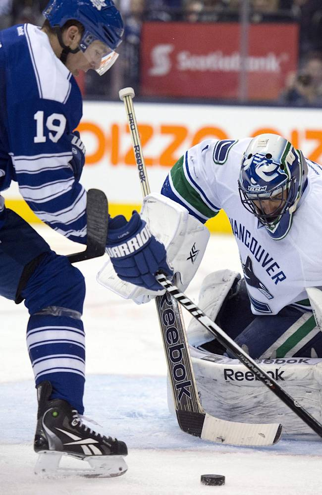 Maple Leafs score 3 in third period, beat Canucks