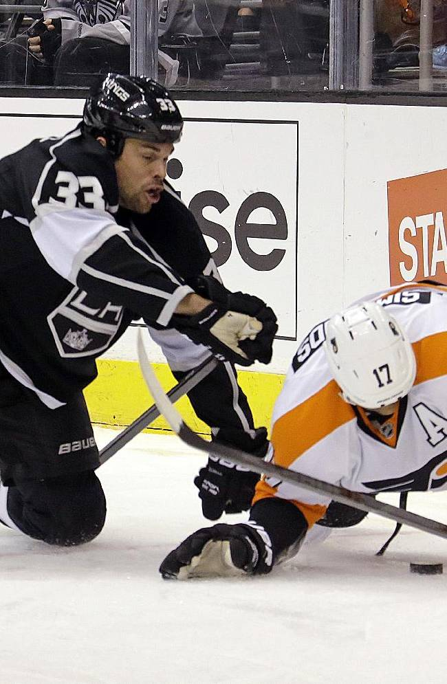 Los Angeles Kings defenseman Willie Mitchell (33) and Philadelphia Flyers right winger Wayne Simmonds (17) tangle in the first period of an NHL hockey game in Los Angeles Saturday, Feb. 1, 2014. The Flyers won, 2-0