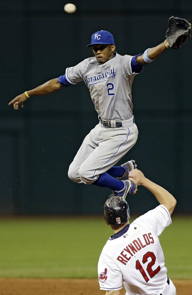 Royals edge Indians 2-1 on wild pitch