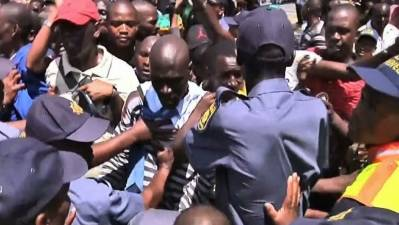 Raw: Scuffles Break Out at Mandela Viewing Site