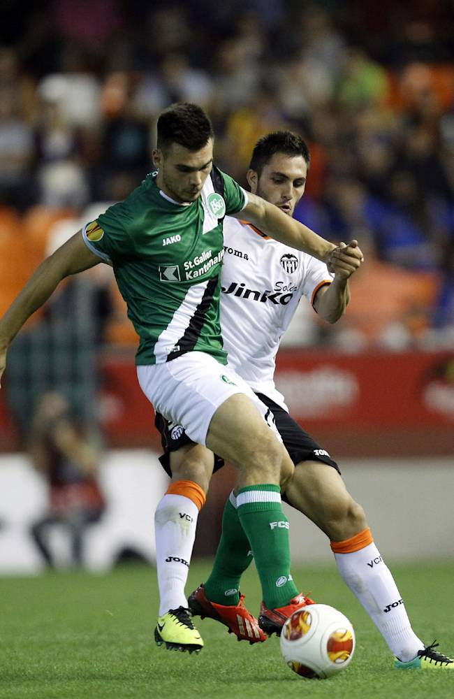 Valencia's Victor Ruiz, left,  duels for the ball with St Gallen's Goran Karanovic, right, during their Europa  League Group A soccer match at the Mestalla stadium in Valencia, Spain, Thursday , Oct. 24, 2013