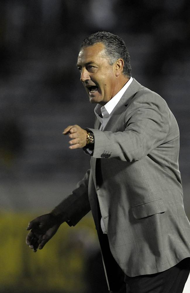 coach Gustavo Alfaro of Argentina's Arsenal instructs his players during a Copa Libertadores soccer game against Uruguay's Penarol  in Montevideo, Uruguay, Wednesday, March 19, 2014