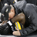 Pittsburgh Steelers running back Le'Veon Bell listens to a trainer after being injured in the third quarter of an NFL football game against the Cincinnati Bengals, Sunday, Dec. 28, 2014 in Pittsburgh. Bell suffered a hyperextended left knee in the Steelers' 27-17 win. (AP Photo/Gene Puskar)