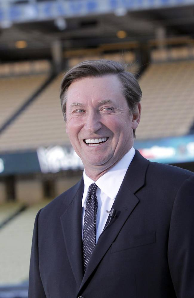 Wayne Gretzky welcomes the NHL to Dodger Stadium