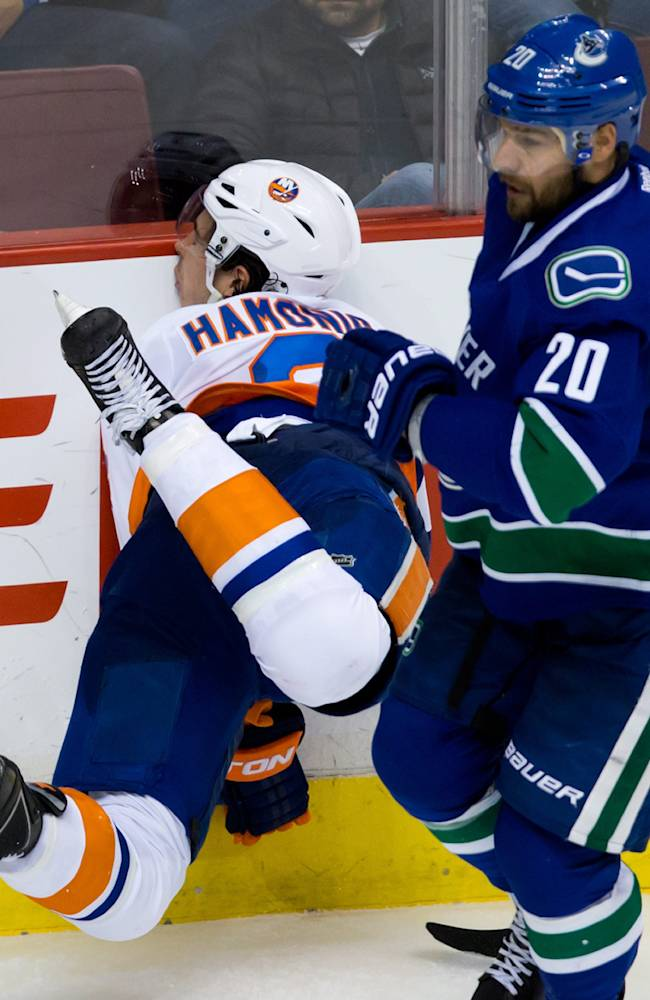 Isles score 7 in 3rd period, rally to top Canucks