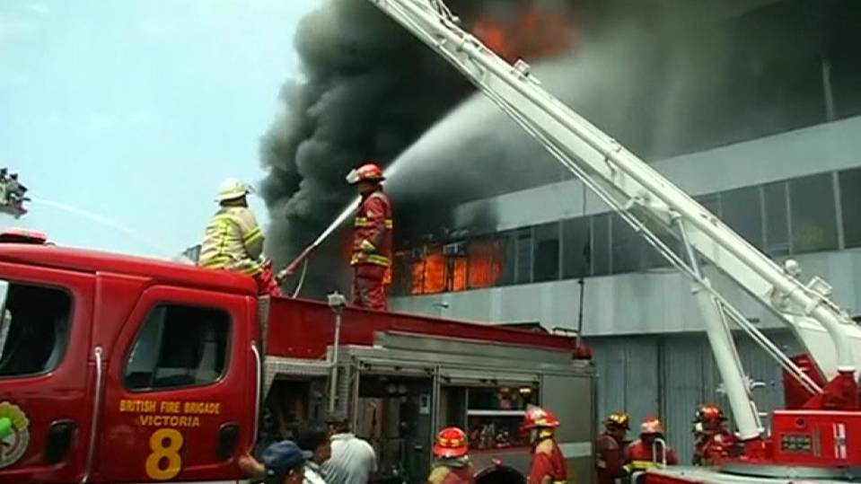 Massive fire destroys tire store in Peru, injures several