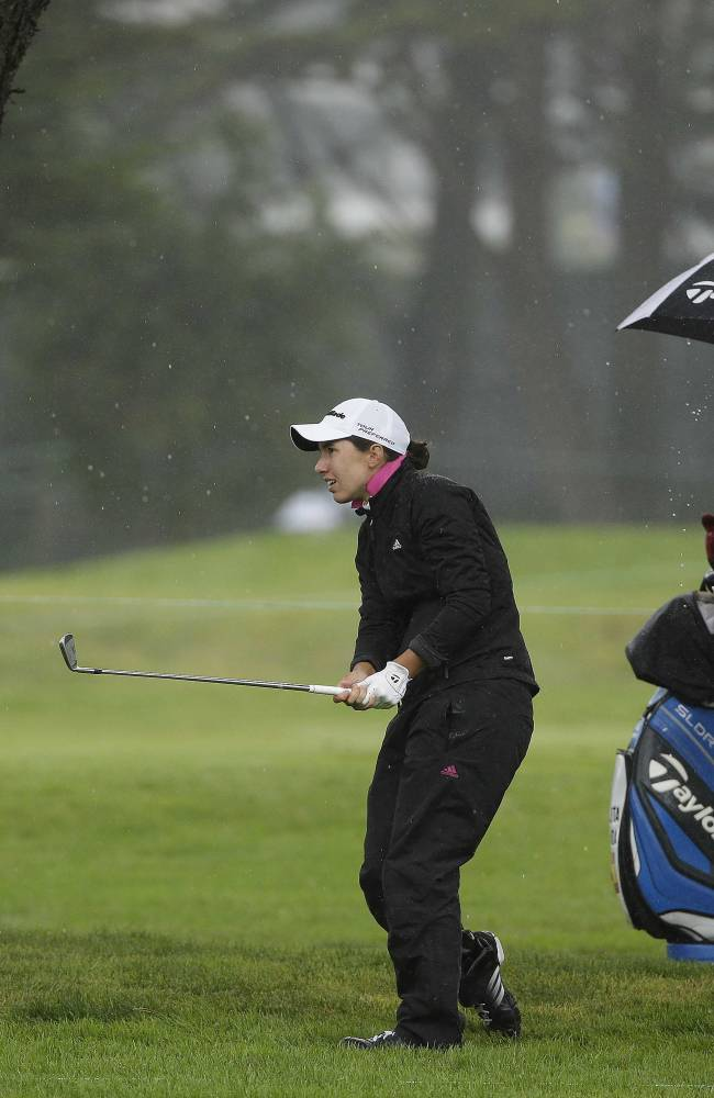 Stacy Lewis braves weather to take lead