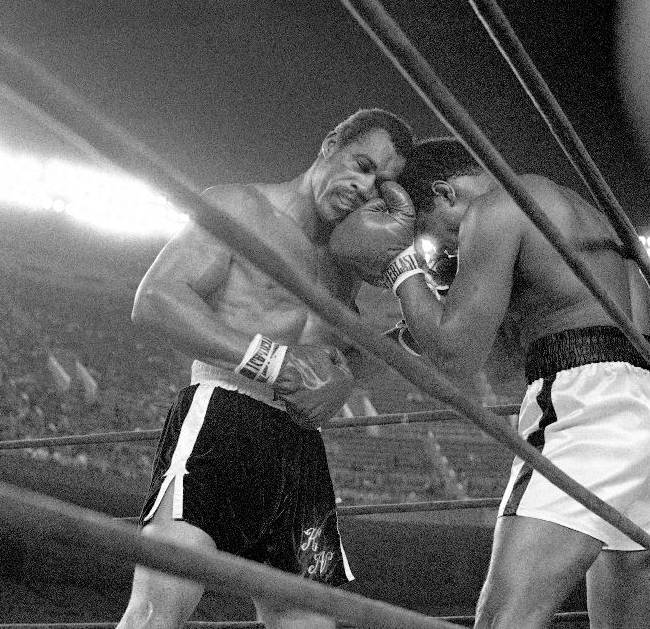 In this Sept. 28, 1976, file photo, challenger Ken Norton, left, and heavyweight champion Muhammad Ali trade right punches in the late rounds of their title fight in New York's Yankee Stadium. Norton, a former heavyweight champion, has died, his son said, Wednesday, Sept. 18, 2013. He was 70