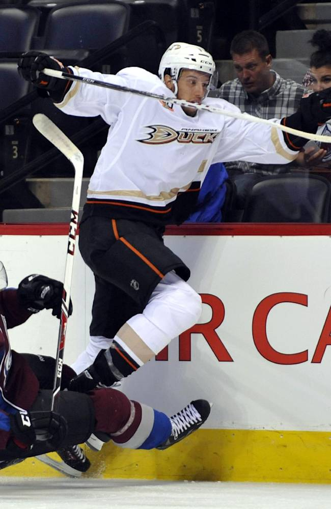3rd-period power-play goal lifts Ducks 2-1