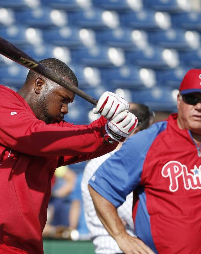 Spring training guest instructor Greg Luzinski, right, watches as Phillies' Ryan Howard takes a warmup swing before taking batting practice prior to a spring exhibition baseball game against the Atlanta Braves in Clearwater, Fla., Monday, March 10, 2014