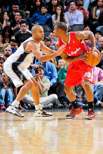 Chris Paul se enfrenta a Tony Parker