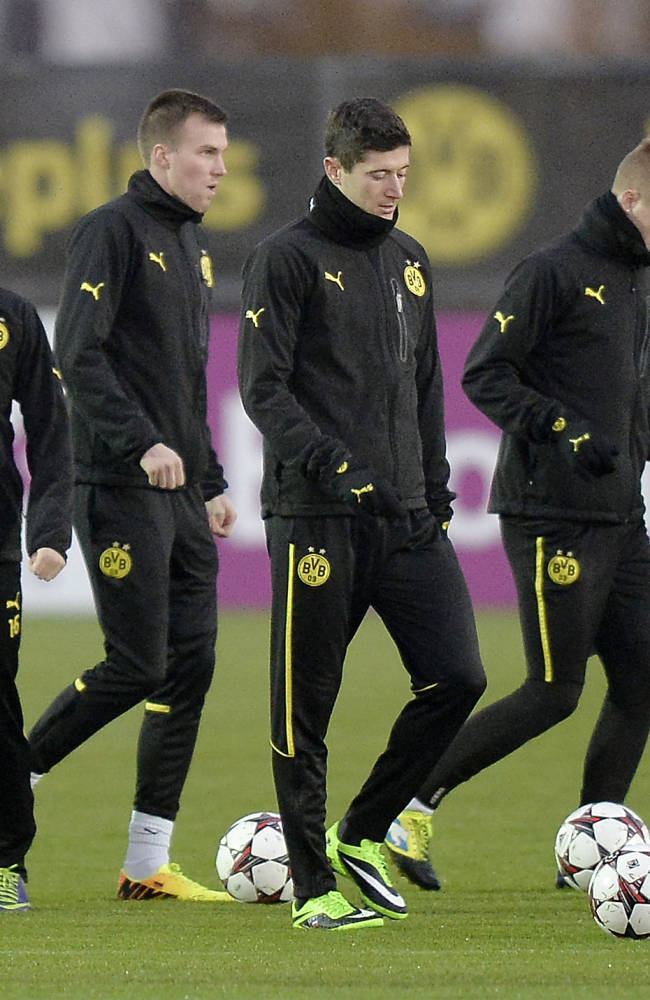 Dortmund's Jakub Blaszczykowski, Kevin Grosskreutz, Robert Lewandowski, Marco Reus and Lukasz Piszczek, from left,   exercise during a training session prior the Champions League Group F soccer match between Borussia Dortmund and SSC Napoli in Dortmund, Germany, Monday, Nov. 25, 2013