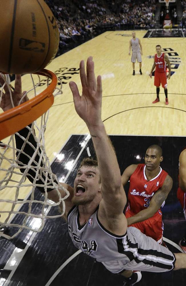 San Antonio Spurs' Tiago Splitter (22), of Brazil, scores against the Los Angeles Clippers during the second half on an NBA basketball game, Saturday, Jan. 4, 2014, in San Antonio