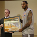 New York Knicks' Carmelo Anthony, right, and former New York Rangers player Brian Leetch pose for a photograph as Anthony's photo commemorating a game in which he scored 62 points replaces Leetch's photo in Madison square Garden's 366 photo display Friday