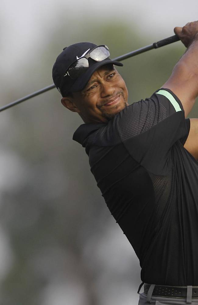 Tiger Woods from the U.S. plays a ball on the 18th hole during the second round of the Dubai Desert Classic golf tournament in Dubai, United Arab Emirates, Friday Jan. 31, 2014