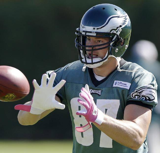 Philadelphia Eagles tight end Brent Celek catches a pass during practice at the NFL football team's training facility, Tuesday, Oct. 15, 2013, in Philadelphia