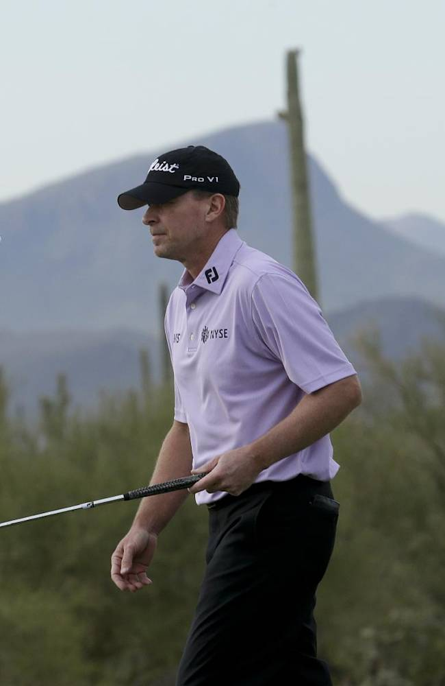 Steve Stricker bounces his golf ball on the fourth hole in his match against George Coetzee, of South Africa, during the first round of the Match Play Championship golf tournament on Wednesday, Feb. 19, 2014, in Marana, Ariz