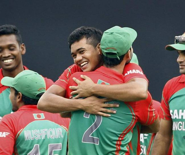 Bangladesh's Taskin Ahmed, center facing camera, celebrates with teammate Mashrafe Mortaza after the dismissal of India's Robin Uthappa during their second one-day International cricket match in Dhaka, Bangladesh, Tuesday, June 17, 2014