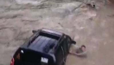 Raw:Bolivian Flood Sweeps Cadet and Soldier Away
