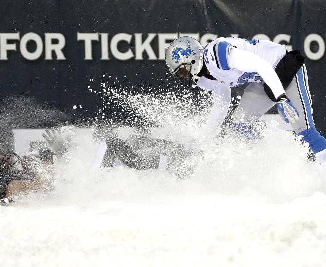 Philadelphia Eagles' Riley Cooper, left, kicks up the snow as he pulls in a two-point conversion as Detroit Lions' Chris Houston defends during the second half of an NFL football game, Sunday, Dec. 8, 2013, in Philadelphia