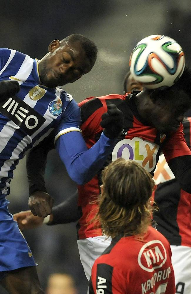 FC Porto's Jackson Martinez, left, from Colombia challenges for a high ball with Olhanense's Oumar Diakhite, from Senegal, in a Portuguese League soccer match at the Dragao Stadium in Porto, Portugal, Friday, Dec. 20, 2013. (AP Photo / Paulo Duarte)