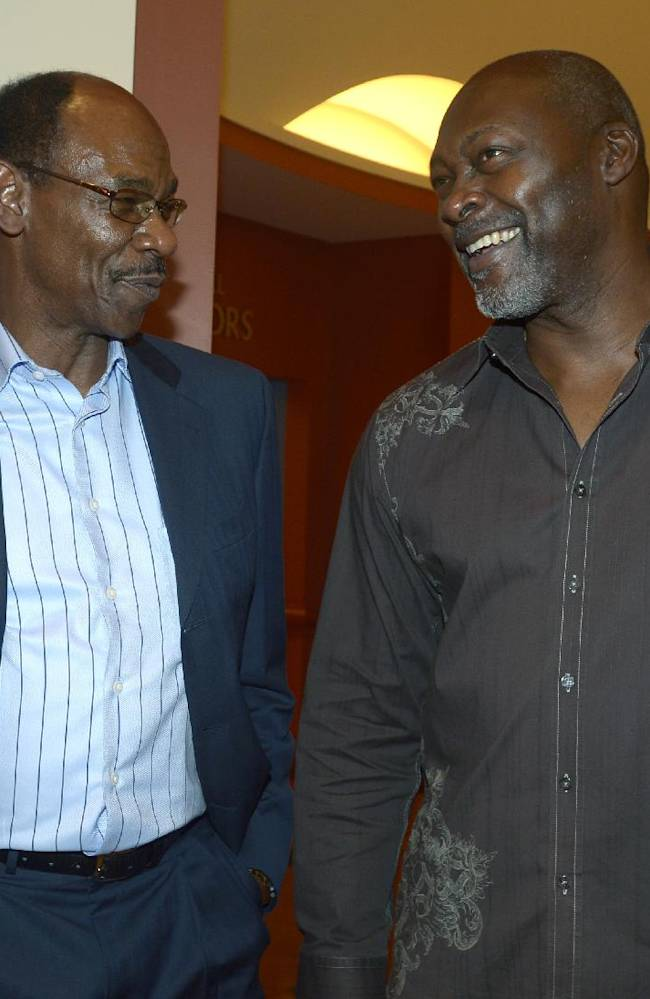 Texas Rangers manager Ron Washington, left, chats with former pitcher Dave Stewart at baseball's winter meetings in Lake Buena Vista, Fla., Wednesday, Dec. 11, 2013