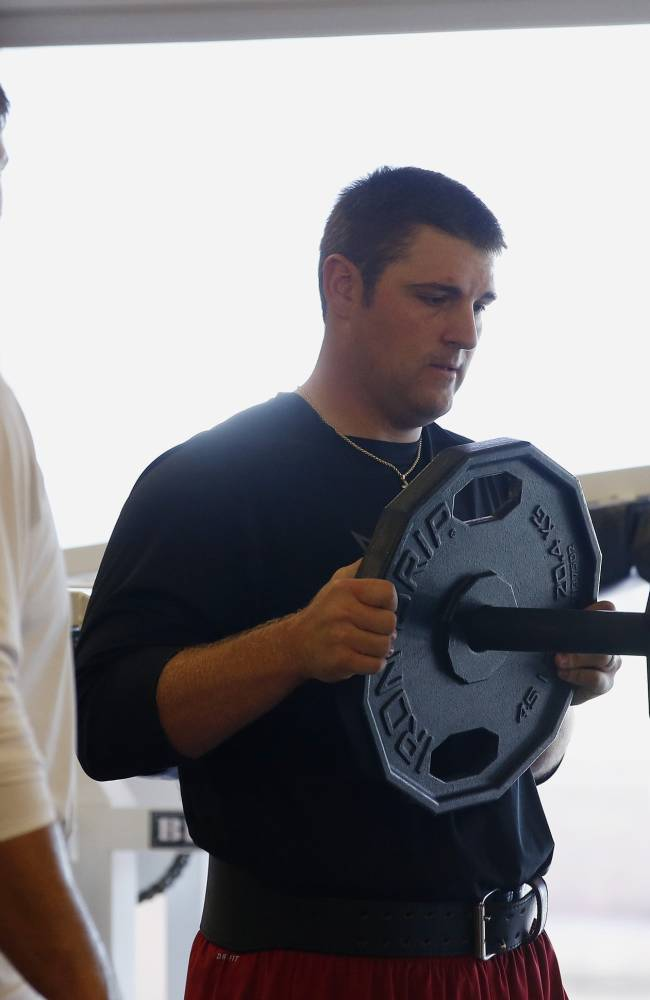 Arizona Cardinals' Bradley Sowell, right, adds more weight to the bar as he works out with teammate Jared Veldheer during the first phase of the voluntary offseason training program at the NFL football team's training facility, Thursday, April 24, 2014, in Tempe, Ariz