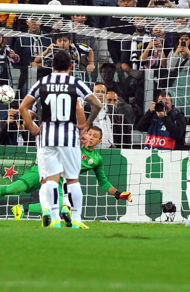 Juventus Chilean midfielder Arturo Vidal, second right, scores on a penalty during the Champions League, Group B, soccer match between Juventus and Galatasaray at the Juventus stadium, in Turin, Italy, Wednesday, Oct. 2, 2013