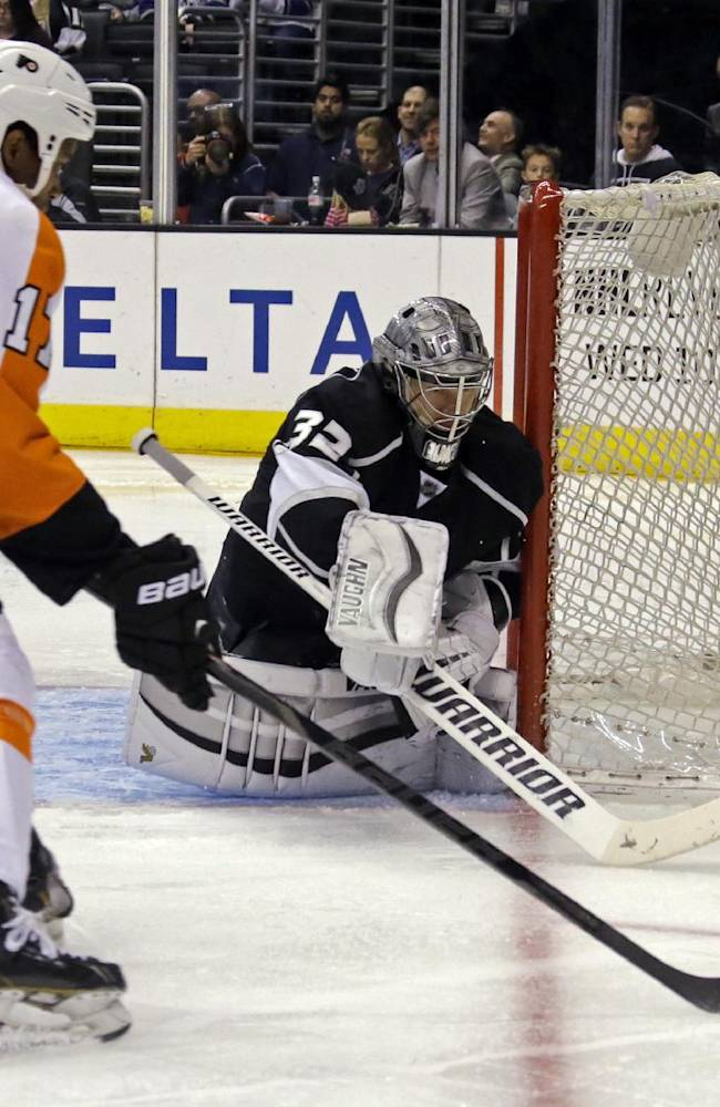 Los Angeles Kings goalie Jonathan Quick (32) defends against Philadelphia Flyers right winger Wayne Simmonds (17) in the third period of an NHL hockey game in Los Angeles Saturday, Feb. 1, 2014.  The Flyers won, 2-0