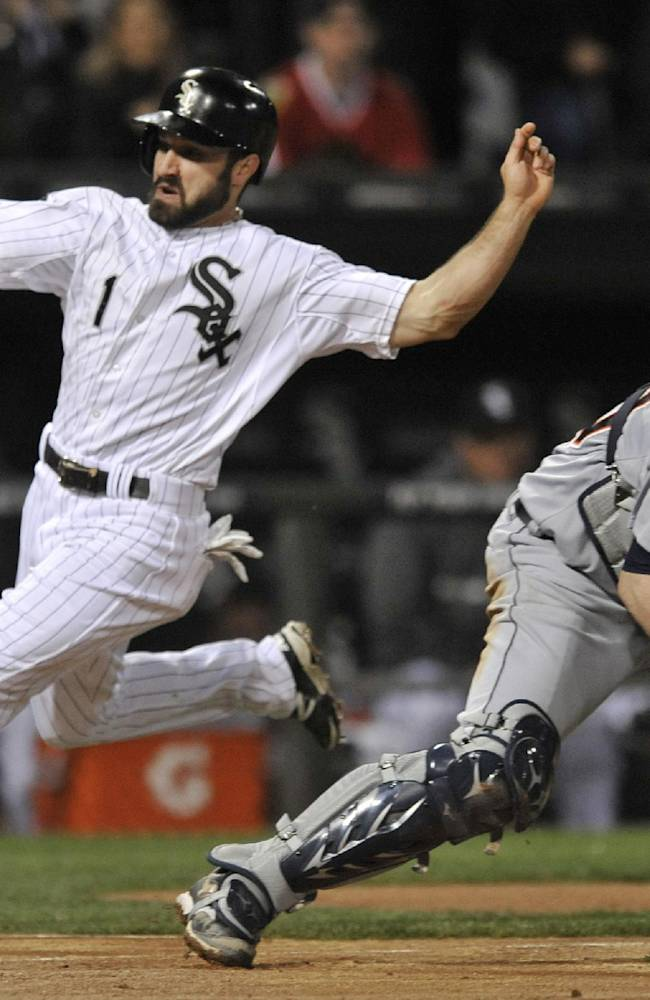 White Sox fall 4-3 to Tigers on Holaday's bunt