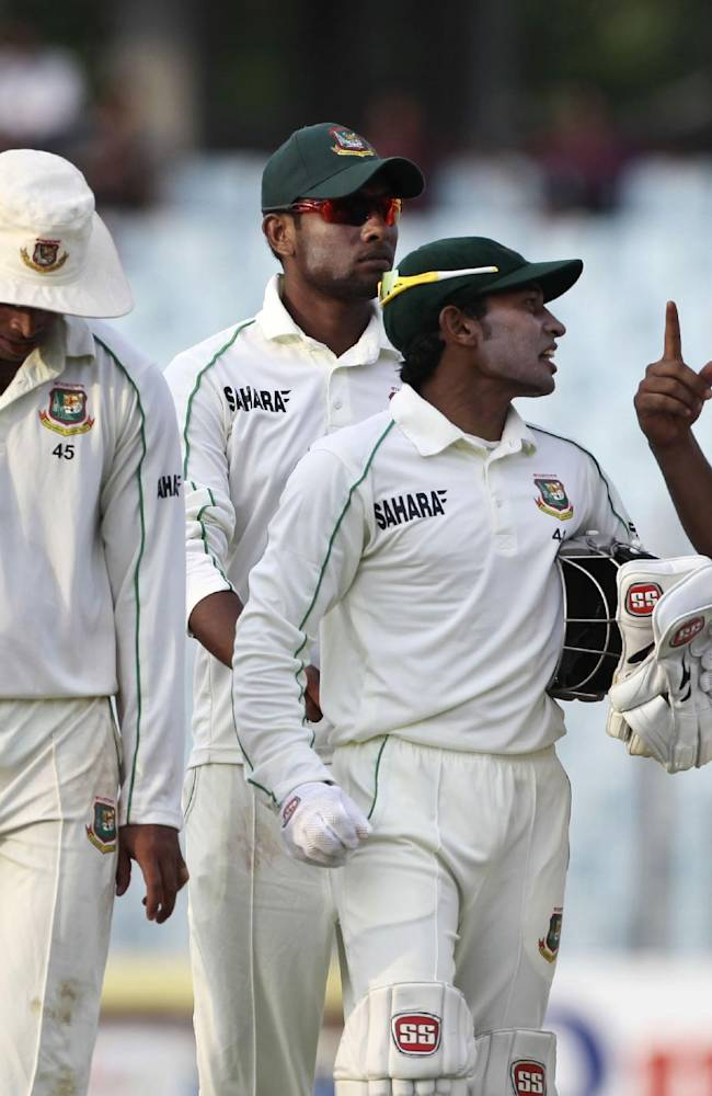 Bangladesh's captain Mushfiqur Rahim, third right, walks back from the field with his teammates at the end of the first day of their first test cricket match against New Zealand in Chittagong, Bangladesh, Wednesday, Oct. 9, 2013