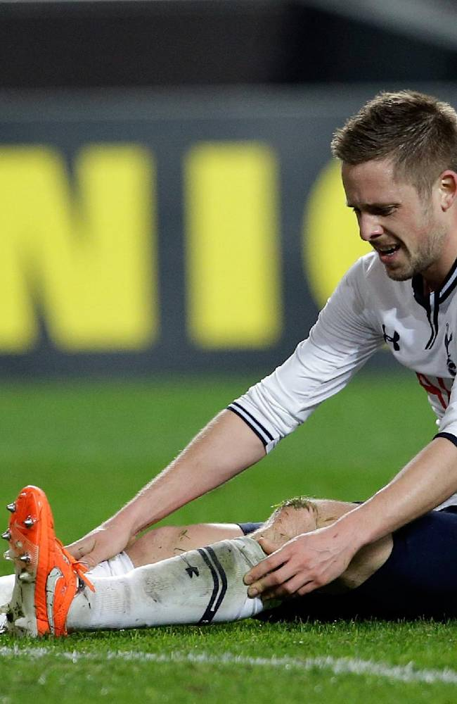 Tottenham Hotspur's Gylfi Sigurdsson, from Iceland, reacts after a missed chance to score a goal against Benfica during their Europa League round of 16, second leg, soccer match Thursday, March 20 2014, at Benfica's Luz stadium