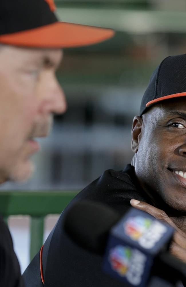 Bonds back in Giants uniform as camp coach