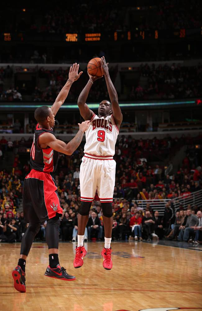 Cavs send Bynum, picks to Bulls for Deng