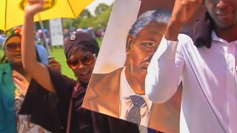 Thousands line up to say goodbye to Mandela